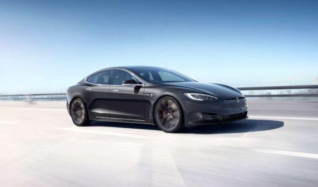 Tesla Autopilot Sürücüden Önce Bir Motosikletçi Görüyor Ve tedbir alıyor (Video)