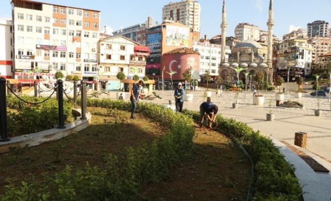 Çay üreticileri bu kez kendi çay bahçelerine değil şehir meydanındaki çay bahçesine girdiler