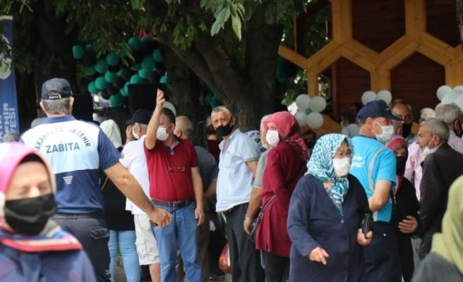Çeşmelerden ücretsiz bal ve süt akınca, vatandaş birbirleriyle yarıştı