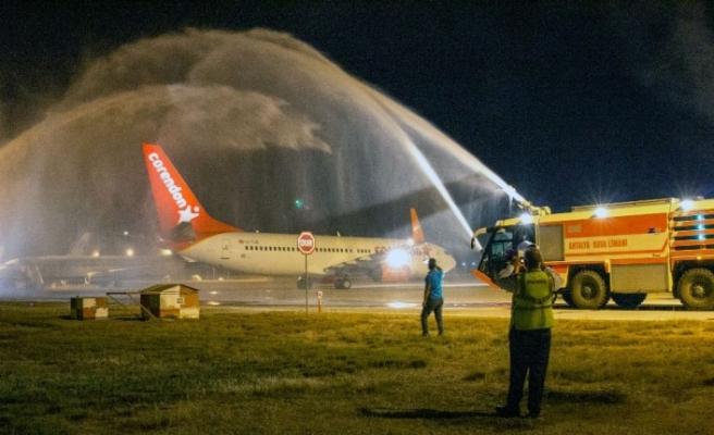 Corendon Airlines'in Antalya Havalimanı'na getirdiği ilk yolcular su takıyla karşılandı
