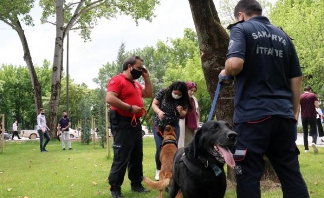 İtfaiye ekiplerinin sahiplenerek eğittiği arama kurtarma köpekleri programa damga vurdu