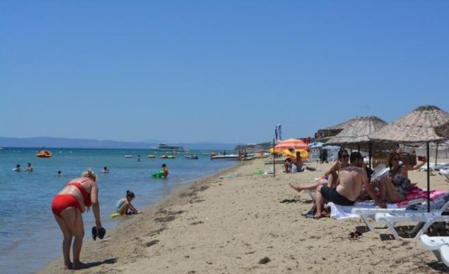 Öğrenciler YKS için ter dökerken yabancı tursitler güneşin ve denizin tadını çıkardı