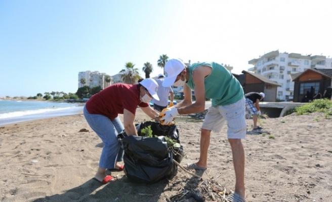 Vatandaş kolları sıvadı, 3 haftadır sahili temizliyor