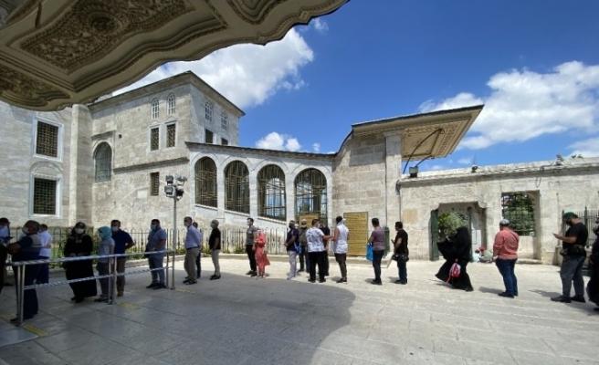 Ayasofya'nın açılmasının ardından Fatih Sultan Mehmet Han'ın kabrine vatandaş akını