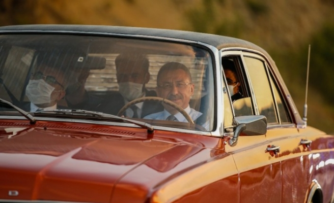 Cumhurbaşkanı Yardımcısı Fuat Oktay, makam aracını bırakıp şoför koltuğuna oturdu