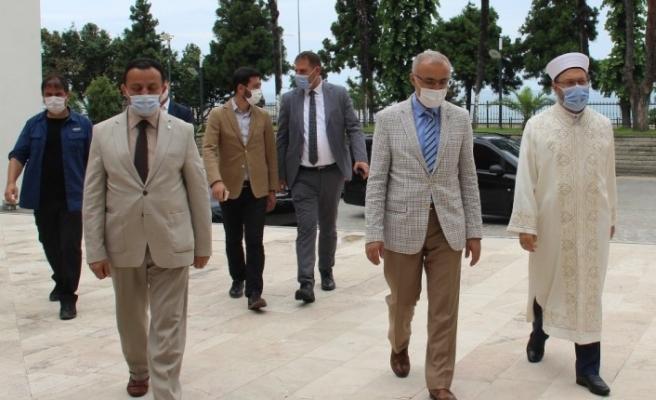 """Diyanet İşleri Başkanı Erbaş: """"Bizim gençliğimiz zincirler kırılacak, Ayasofya açılacak sloganlarını söyleyerek geçti"""""""