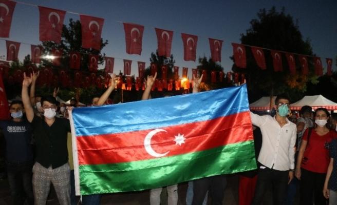 Diyarbakırlılar 15 Temmuz'da Türk bayraklarıyla meydanlara akın etti