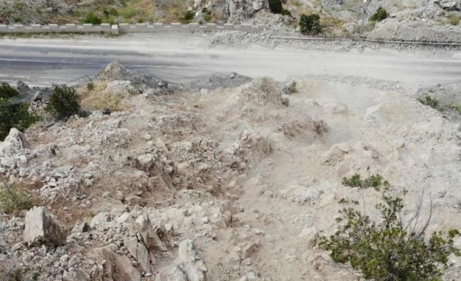 Görenler heyelan zannetti, yamaçtaki dev kayalar temizlendi