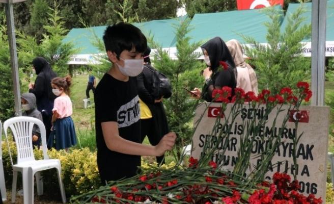 Hain darbe girişiminde şehit olan Özel Harekat Polisi Serdar Gökbayrak mezarı başında anıldı