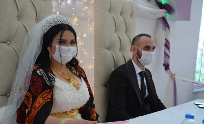 Hakkari'de sosyal mesafeli ilk aşiret düğünü