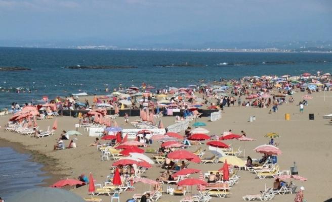 'İğne atsan yere düşmez' deyimi Karasu sahilinde gerçek oldu
