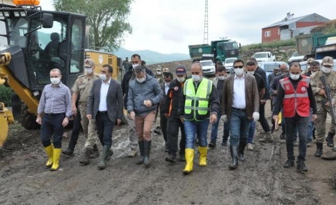 Kars Valisi Türker Öksüz selin vurduğu köyde incelemelerde bulundu