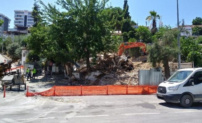 Metro inşaatı esnasında hasar gören iş yeri tedbir amaçlı yıkıldı