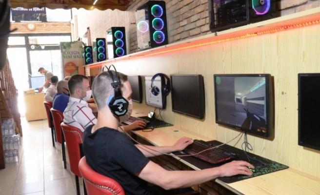 Online oyun tutkunları internet kafelere koştu