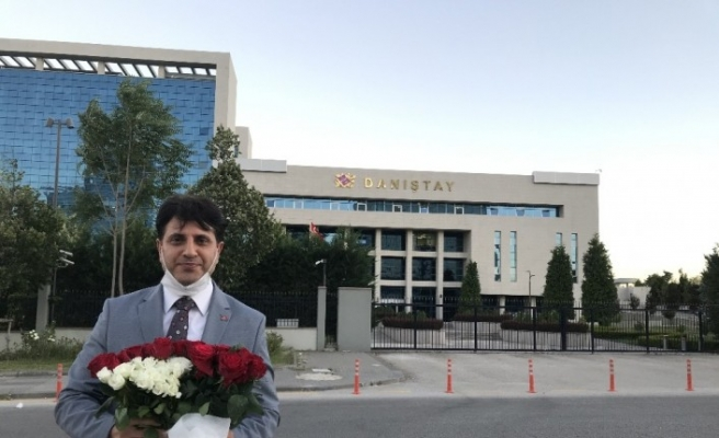 Osmanlı Ocakları Genel Başkanı Canpolat, Ayasofya kararı dolayısıyla Danıştay'a güller bıraktı