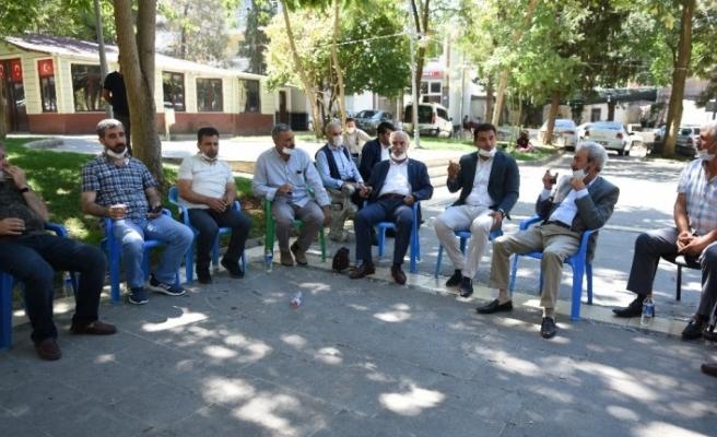 Siverek'te muhtarlar hizmet için belediyenin önünde toplandı
