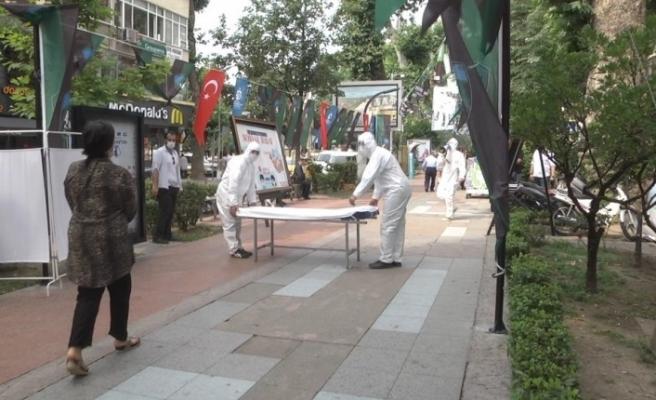 Sokakta maskesiz gezenler önlerine gelen sedyeyi görünce şok oldu