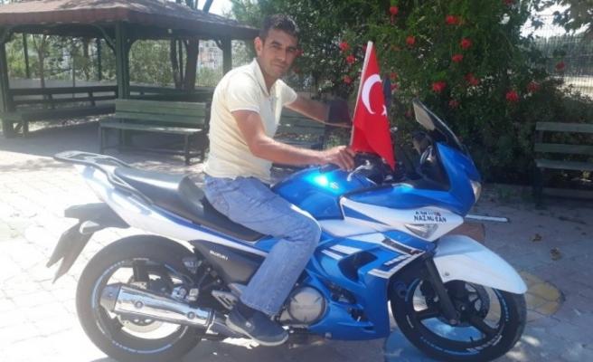 Ailesindeki şehitler anısına motosikletiyle 746 kilometre gidip şehitlikteki bayrakları yeniledi