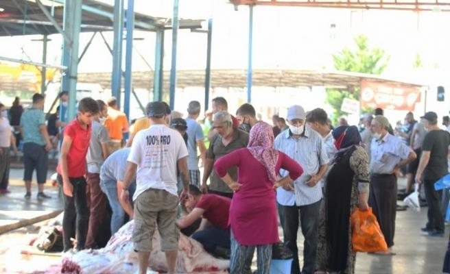 Antalya'da kurbanlar aşırı sıcak ve korona virüs gölgesinde kesildi