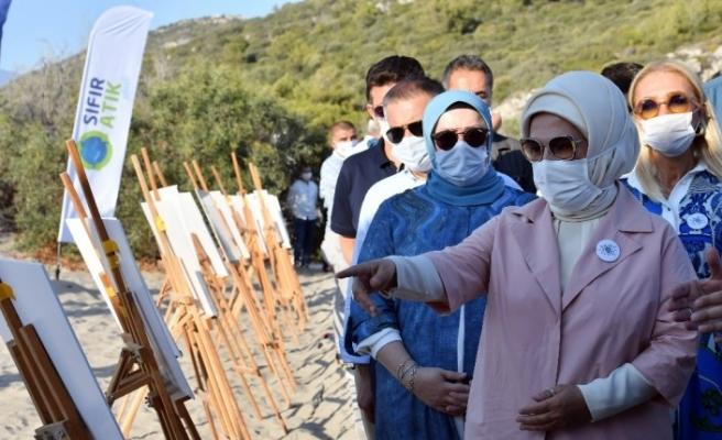 Emine Erdoğan, çip takılan caretta carettaları denize bıraktı
