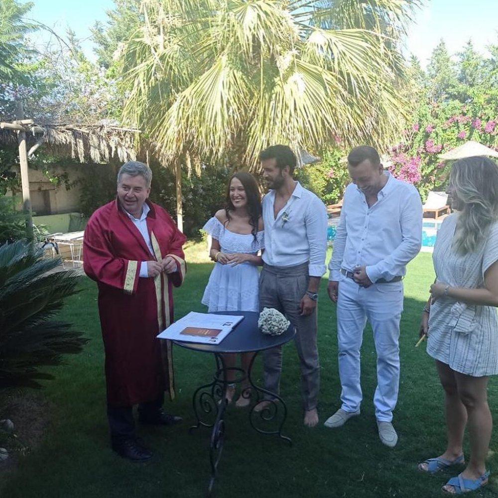Sade Bir Törenle Dünya Evine Girmişlerdi! Gupse Özay'ın Elbisesinin Fiyatı Ortaya Çıktı