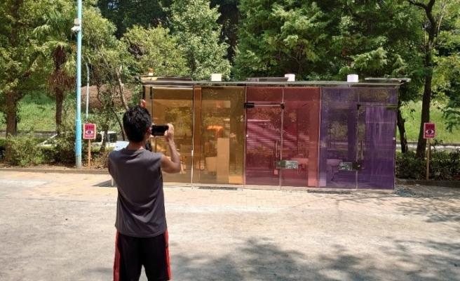 Japonlar şeffaf tuvaletin fotoğrafını çekmek için parka akın etti