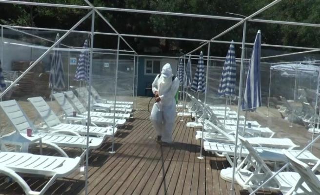 (Özel) Adalar'da plajda korona virüse karşı dezenfektan kabini ve sosyal mesafe paravanı