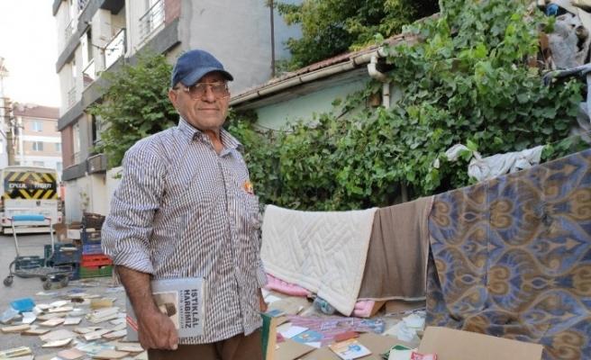 (Özel) Yüzlerce kitabı sokakta böyle kuruttu