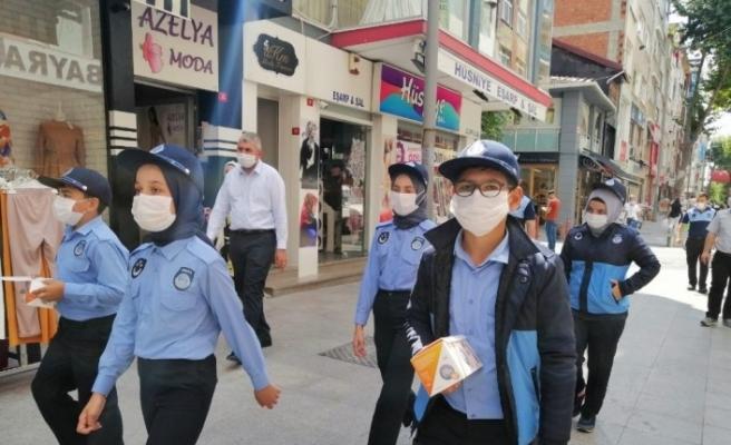 """Temizliği bahane edip maske takmayan esnafa çocuk zabıtadan tepki: """"Temizlik bahane değil maskenizi takın"""""""