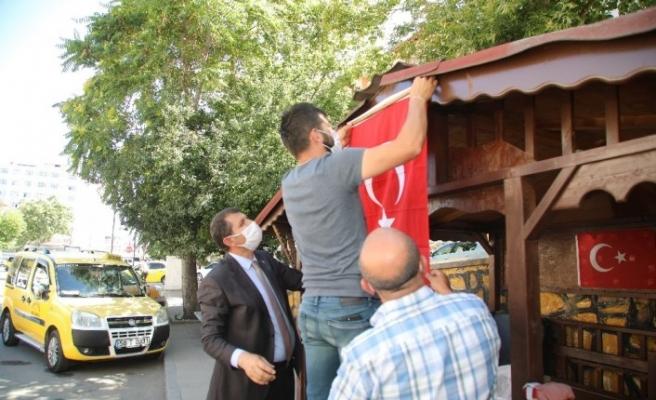 Vali Ayhan, solan bayrağı elleri ile değişti