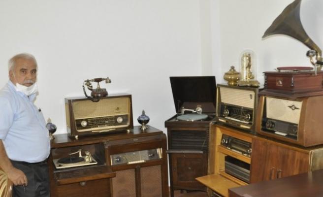 100 yıllık nostaljik radyolara gözü gibi bakıyor