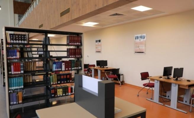 """Bartın Üniversitesi Kütüphanesinde tarihe yön veren """"Türk-İslam Bilim İnsanları"""" araştırmacılara eşlik ediyor"""