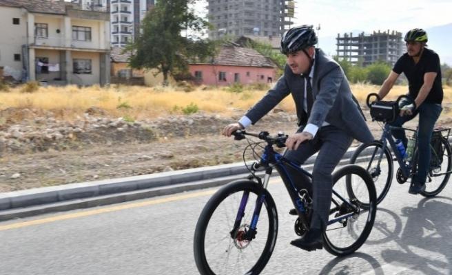 Başkan Çınar mesaiye bisikletle geldi