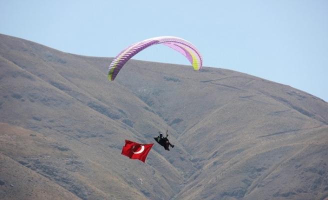 Bingöl'de terörden temizlenen dağlar,yamaç paraşütüyle renklendi