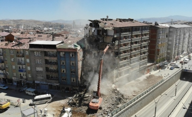 Depremin vurduğu Elazığ'da yıkımlar hızlandırıldı, 16 noktada çalışma başladı