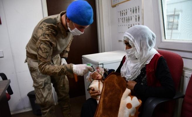 Doğumunu askerin uydu telefonu ile gerçekleştirdiği anne bebeğiyle üs bölgesini ziyaret etti