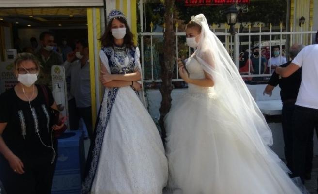 Düğünlerin kısıtlanmasına Bursa'da gelinlikli eylem
