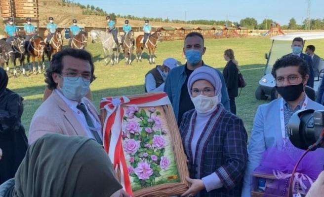 Emine Erdoğan'a Isparta gülü tablosu hediye edildi