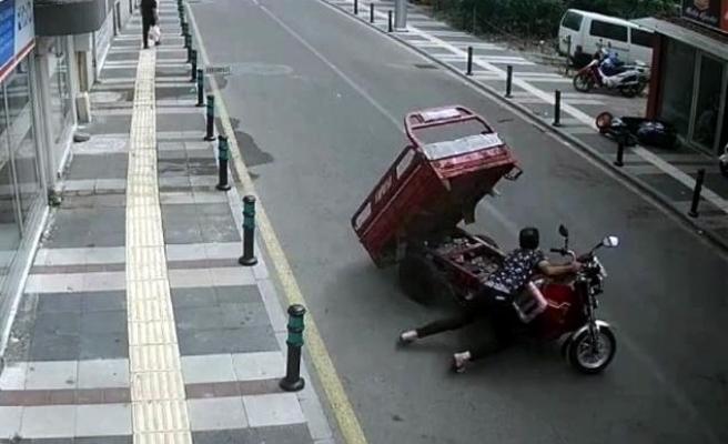 Gaz kolu takılı kalan motosiklet tamirciye zor anlar yaşattı