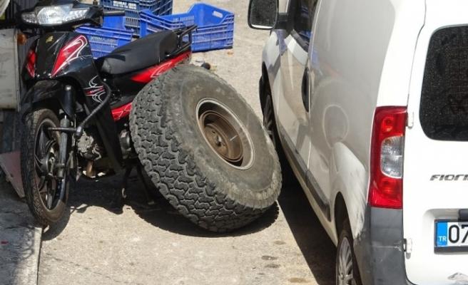 Kaza yapan arazi aracının tekeri koptu, salça yapan vatandaş ölümden kıl payı kurtuldu