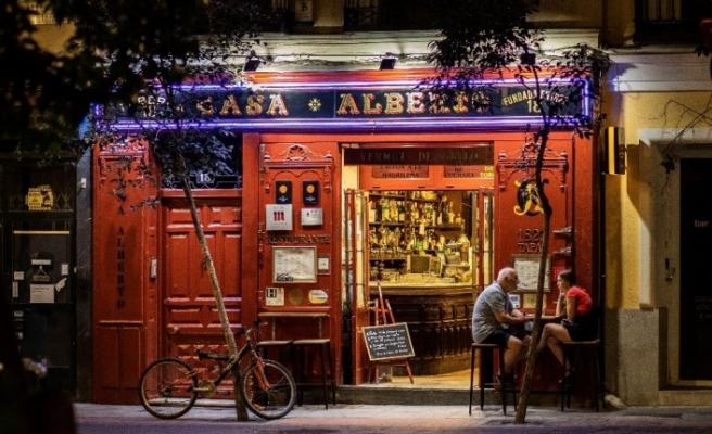 Madrid Yüksek Adalet Mahkemesi, sokakta sigara içilmesini ve gece hayatını yasakladı