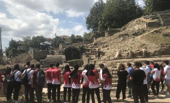 Milli sporcular antik tiyatroda kazı yaptı