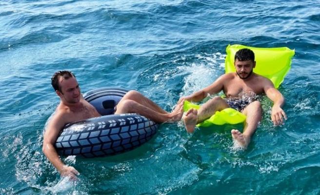 Rüzgârın etkisiyle sahile geri dönemeyen 2 kişi kurtarıldı