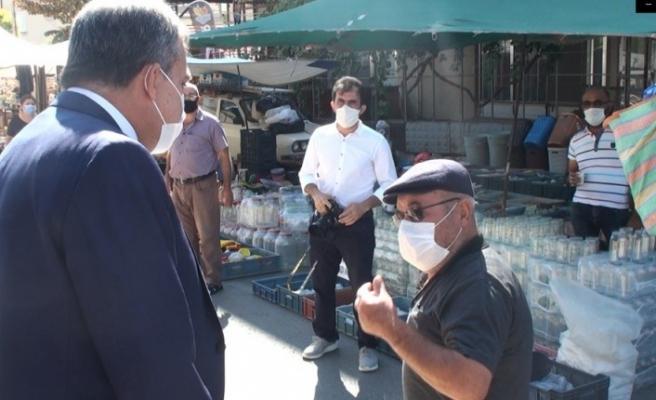 Semt pazarında denetime çıkan Vali ile yaşlı adamın diyalogu güldürdü