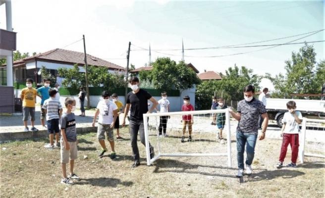 Sokakta oyun oynayan çocukların spor malzemesi talebini başkan yerine getirdi