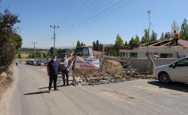 Tapulu arazilerindeki yolu kapatmaları, evlerinin yıkılmasını engellemedi
