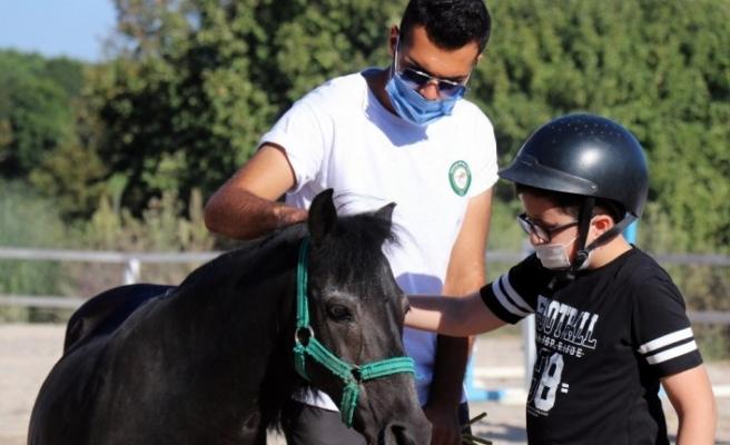 Ücretsiz hippoterapi eğitimiyle çocukların gelişimine katkı sağlıyor