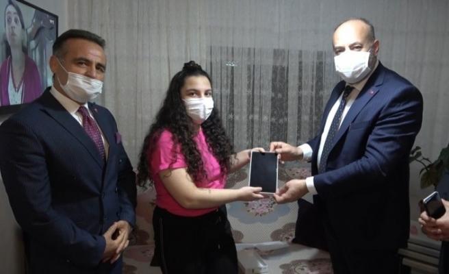 Uzaktan eğitim için öğrencilere internet paketli tablet dağıtıldı