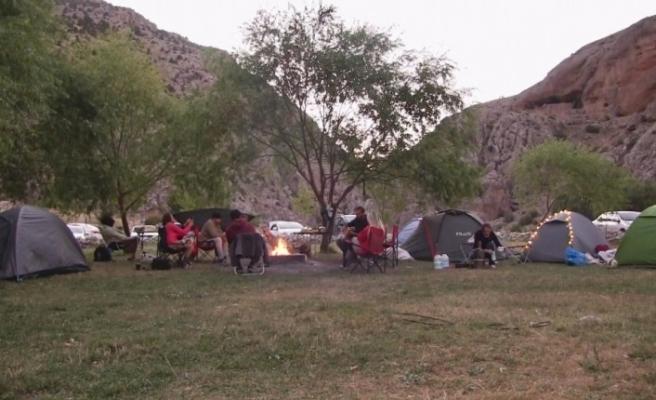 """Aladağlar'da """"sosyal mesafeli"""" çadır kampı"""