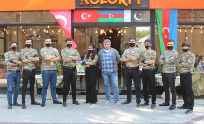 Azerbaycan ordusuna restoran çalışanlarından asker kıyafetli destek
